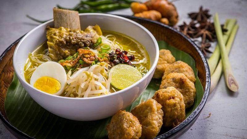 Resep Soto Ayam dengan lauk perkedel (asianfoodchannel.com)