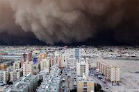 Çöle yakın bir yerleşim merkezinde şehri karanlığa bürüyen bir kum fırtınası bulutu