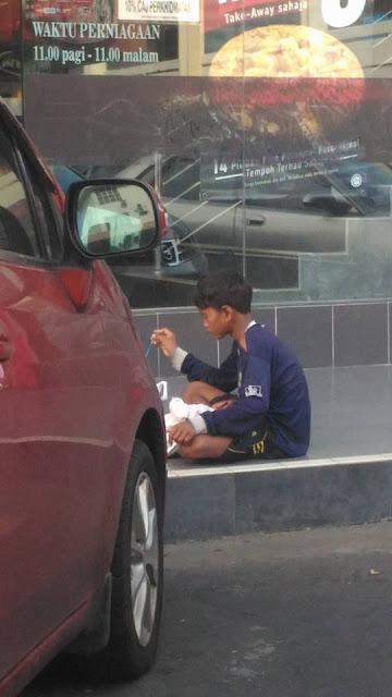 Sang Kakak Berikan Jempolnya Untuk Dihisap Adiknya yang Lapar, Netizen Sedih!