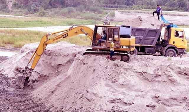 টাঙ্গাইলে নদী থেকে বালু উত্তোলন হুমকিতে শহররক্ষা বাঁধ