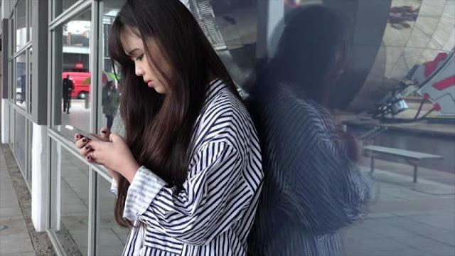 Una joven queda ciega por un ojo tras jugar todo el día con móvil