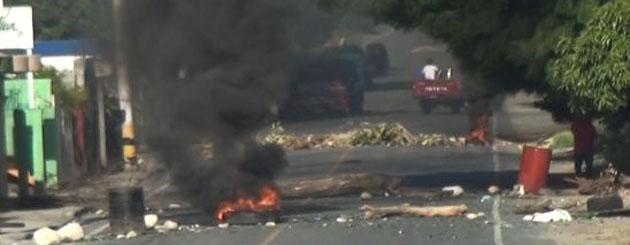 """En la provincia Peravía """"se prende"""" se tiran a las calles en protesta"""