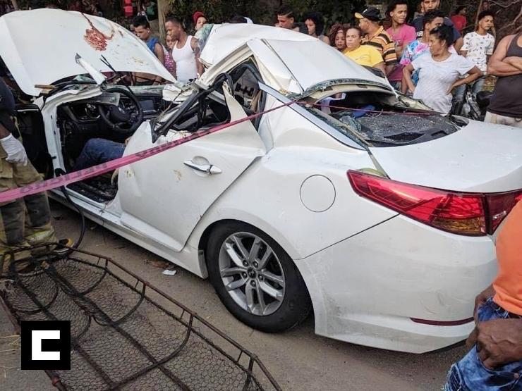 Médico y esposa embarazada mueren tras árbol caer sobre su vehículo en la autopista Duarte