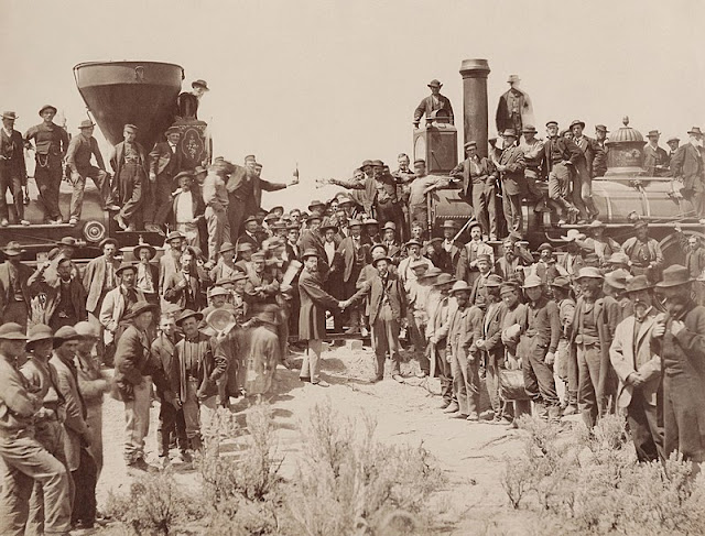 7%2B800px-East_and_West_Shaking_hands_at_the_laying_of_last_rail_Union_Pacific_Railroad_-_Restoration