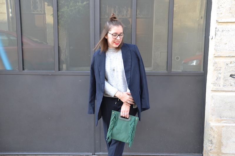 Tailleur bleu marine rayé blanc H&M, pull doux H&M, sac a franges vert Sammydress