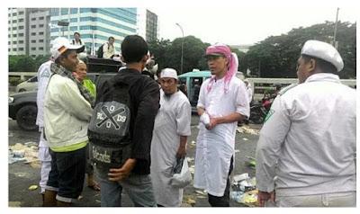 Beginilah Momen Ketika FPI Bagi Bagi Uang Pada Demonstran...!!!!