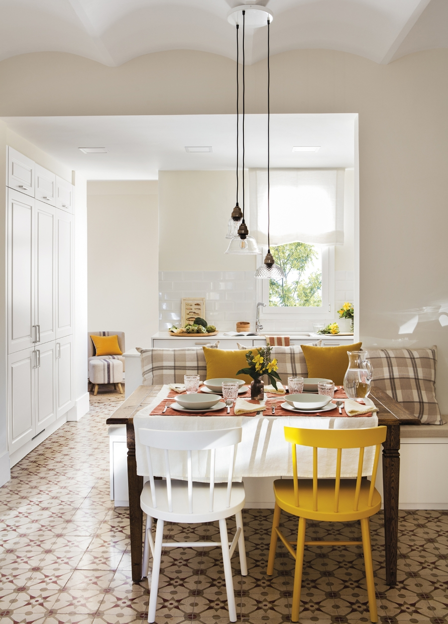 Przytulny apartament z dodatkami w stylu vintage - wystrój wnętrz, wnętrza, urządzanie mieszkania, dom, home decor, dekoracje, aranżacje, styl vintage, vintage, małe mieszkania, jasne wnętrza, drewno, jadalnia, drewniany stół, żółte krzesło