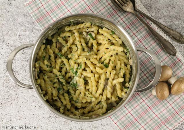 Hier muss nach dem Essen nicht erst noch stundenlang gespült werden. Für die One Pot Pasta braucht man nur einen Topf, ein Brett und ein Messer.