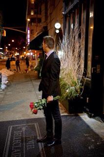 laki-laki biasa membawa bunga