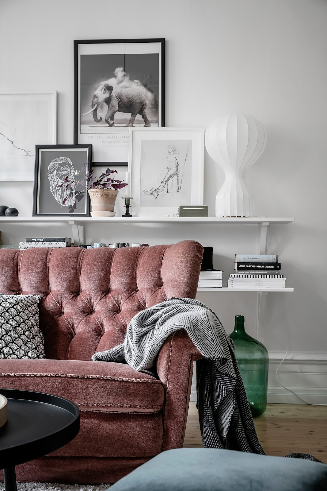 pink sofa, wall decor, small scandinavian apartment