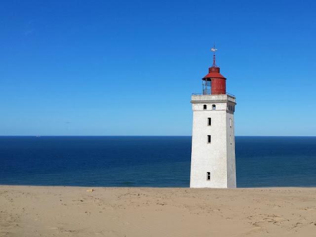 Eine Welt aus Sand: Der Leuchtturm von Rubjerg Knude. Ein großartiges Leuchtfeuer an Dänemarks Nordseeküste, das im Sand zu versinken und ins Meer zu stürzen droht, zudem ein tolles Ausflugsziel. Die ganze Geschichte auf Küstenkidsunterwegs!