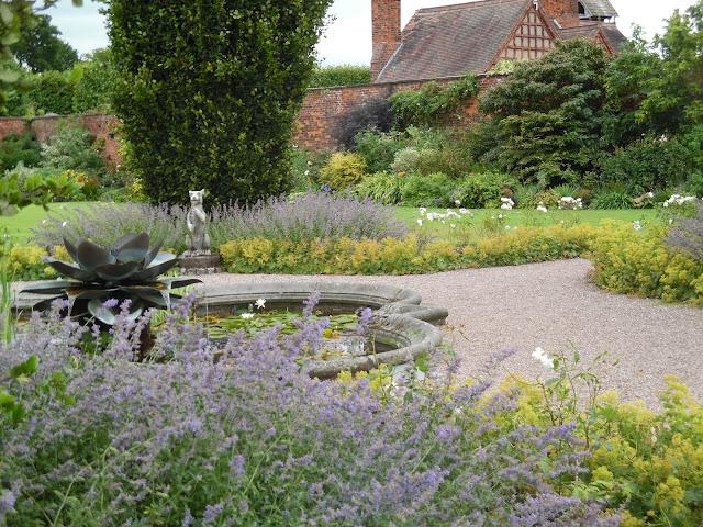 kamienna sadzawka, ogród angielski, mur z cegły w ogrodzie