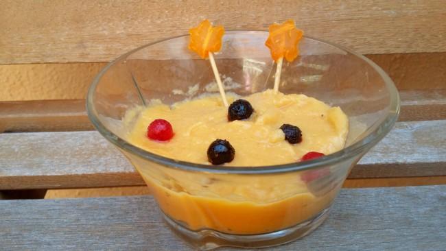 Un bol con una mousse decorada con frutas del bosque