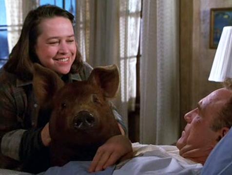 Annie Wilkes (Kathy Bates), Paul Sheldon (James Caan) y la cerda Misery - Cine de Escritor