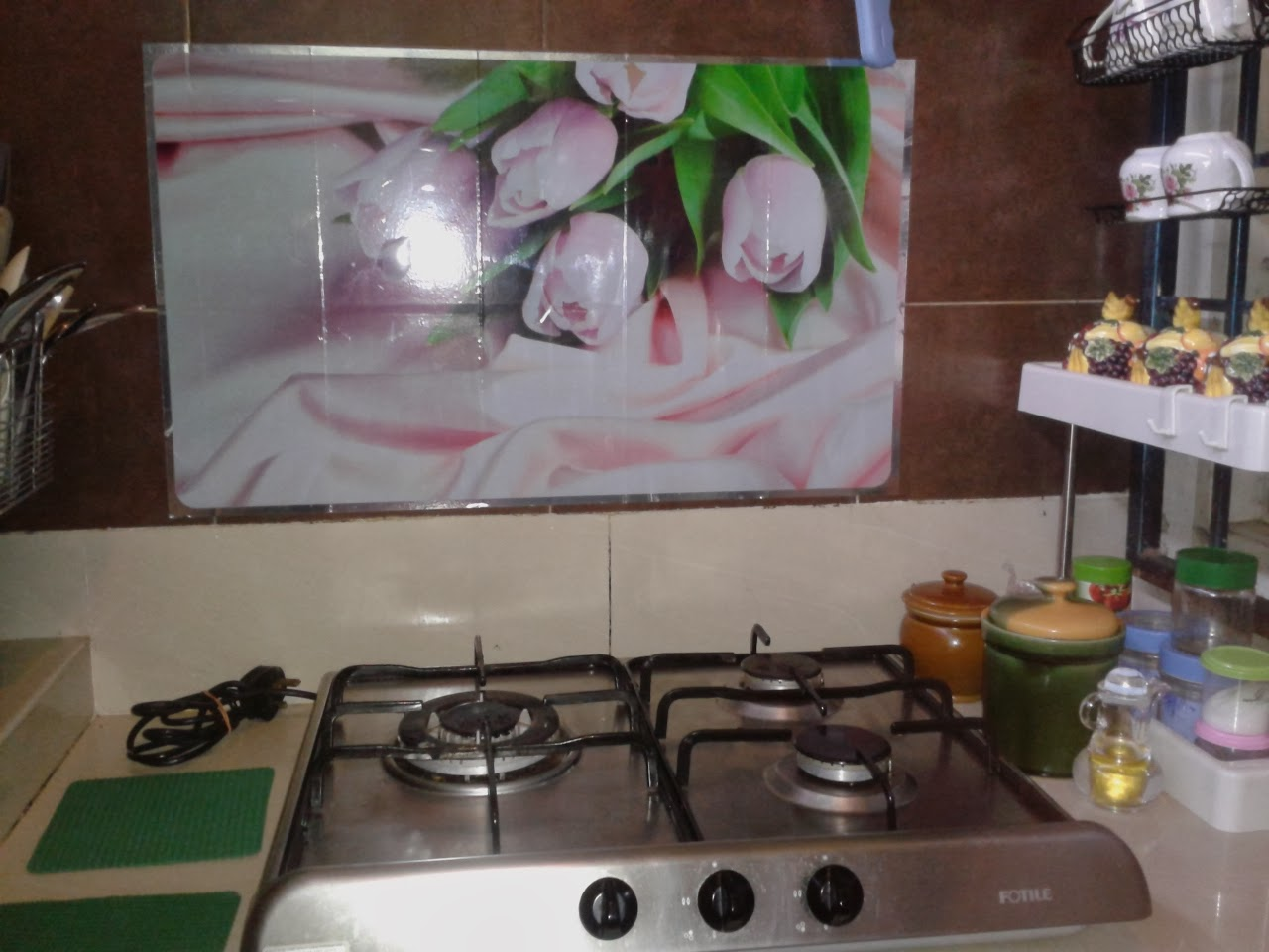 Dari Pintu Saja Dah Dapat Lihat Bunga Tulip Tu Ceria Sikit Dapur Yang Selama Gelap