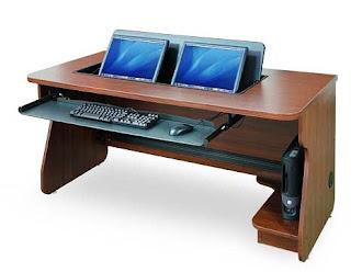 İki adet ekranı masanın içinden çıkan klavye ve fare çekmeceleri olan koyu renkli bilgisayar masası
