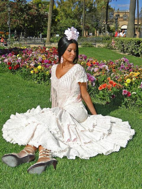 Traje de flamenca blanco y rosa
