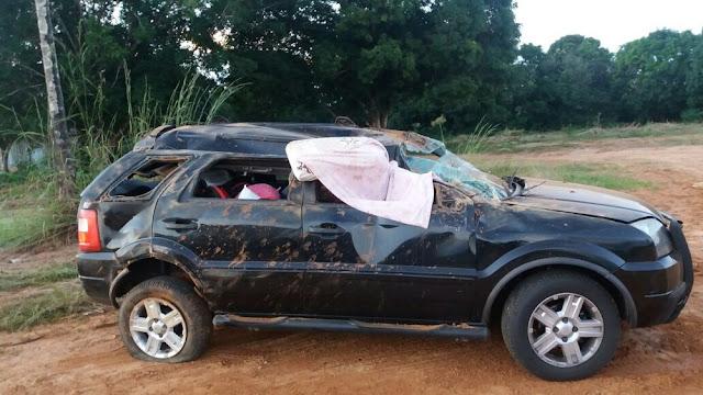 Carro capota com família e idoso morre na BR 364 em Vilhena