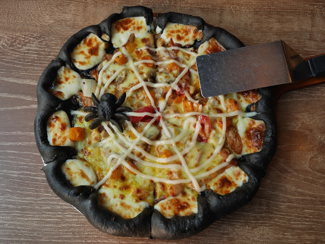 Pizza Hut's Black Halloween Pizza (暗黑魔法烤肉比萨) in China