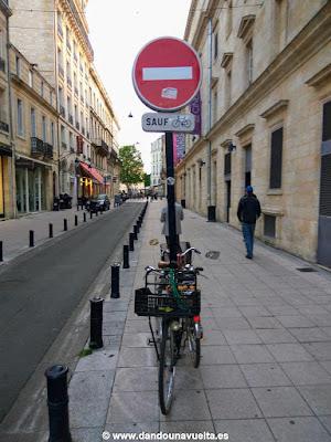 Señal sauf (excepto) bicicletas en Burdeos. Francia