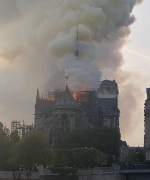 Φλέγεται η Παναγία των Παρισίων – Κατέρρευσε το κωδωνοστάσιο του ιστορικού ναού