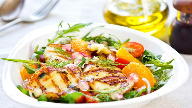 Así es la ensalada más saludable para tomar: menos lechuga, más quinoa y carne (de conejo)