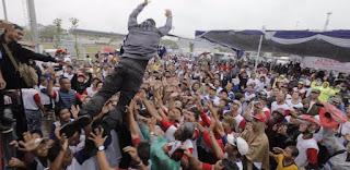 Agus Harimurti Yudhoyono saat melakukan aksi berbahaya terjun dari panggung