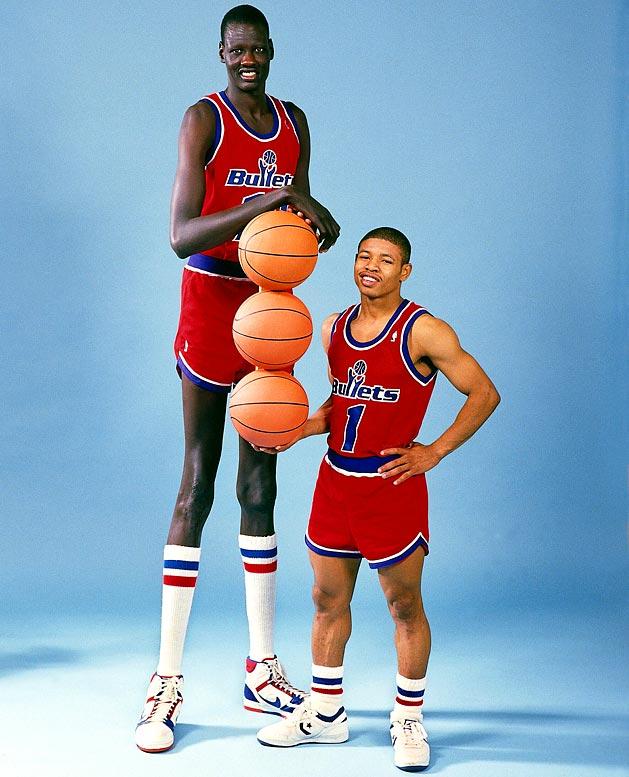 Manute Bol y Tyrone Bogues, jugadores más alto y más bajo de la NBA