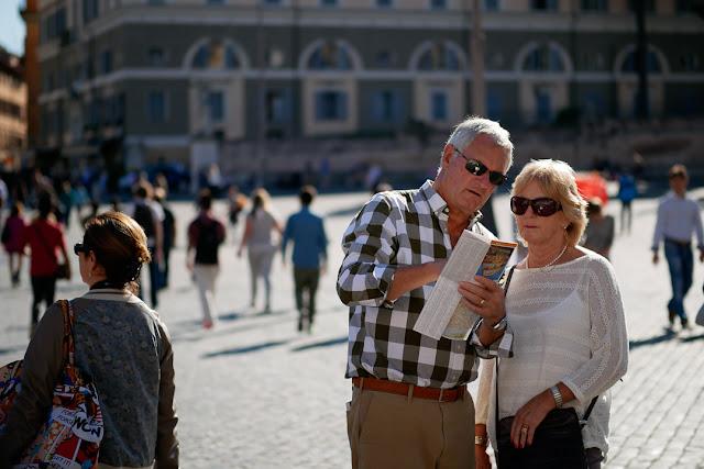 Coppia di turisti a Roma con cartina
