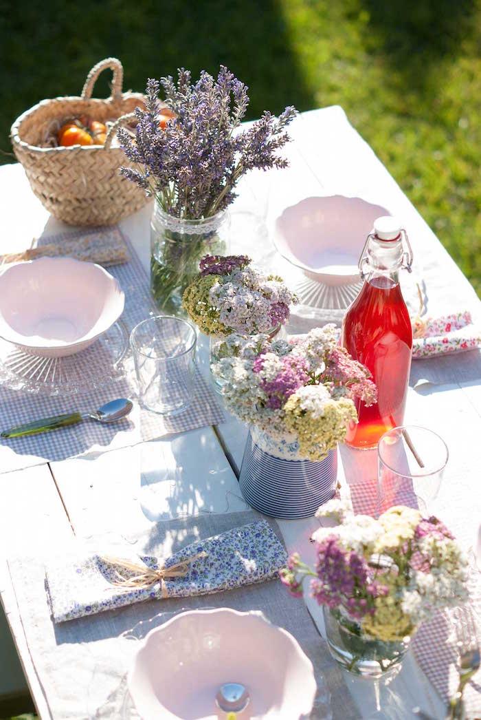 mesa de verano inspirada en la provenza, flores, fruta, botellas de cristal
