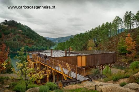 Vista superior de casa moderna de madera elevada en Gerês, Portugal