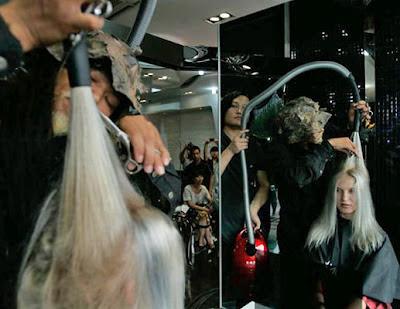 20120709 pria di china gunakan meditasi untuk potong rambut 01