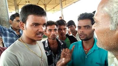 अवैध वसूली के खिलाफ मंडी में टमाटर विक्रेता किसानों ने किया हंगामा