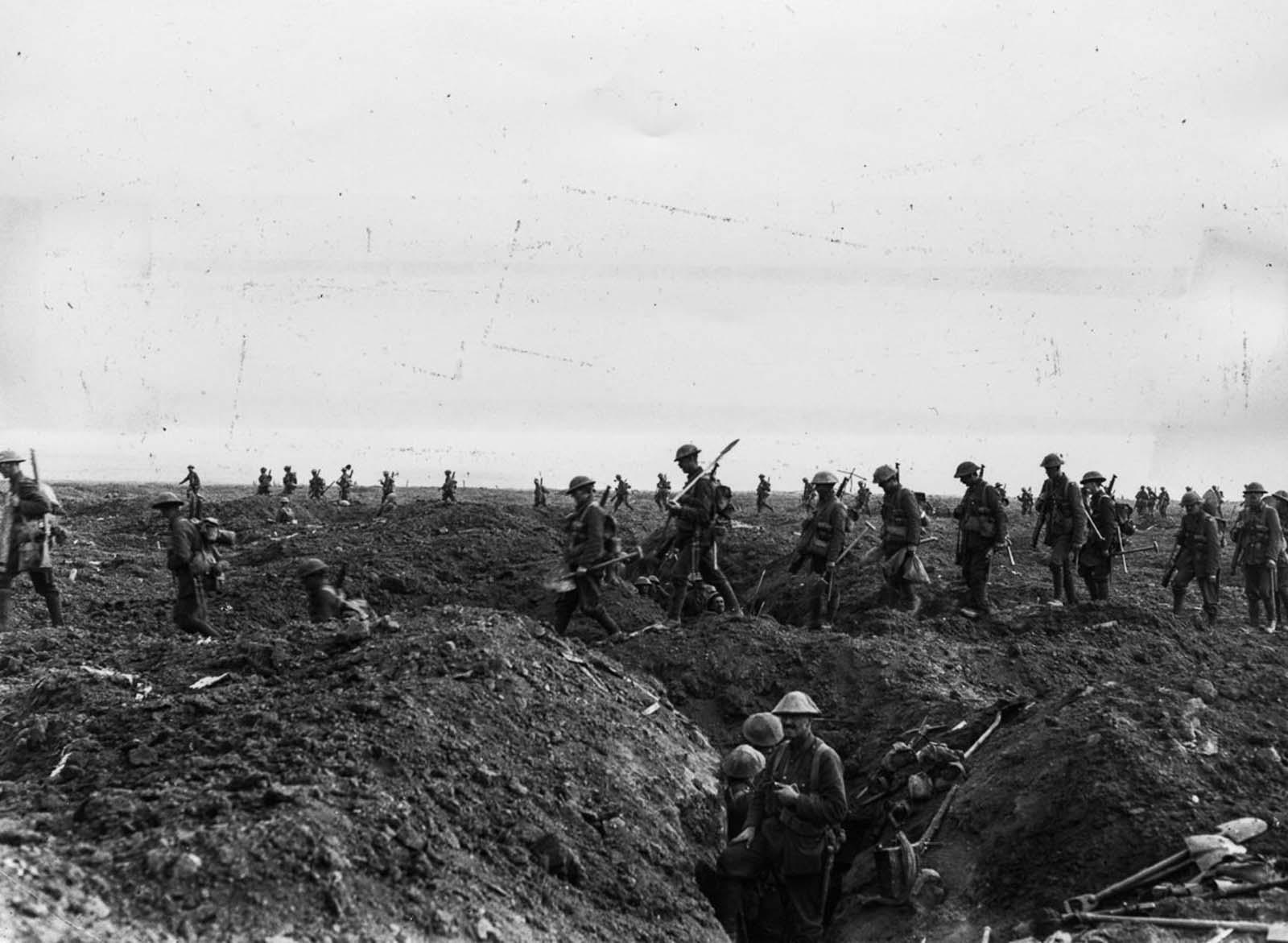 Los refuerzos cruzan la antigua línea delantera alemana durante el avance hacia Flers. 15 de septiembre de 1916.