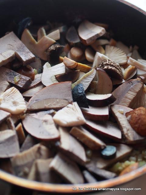 schab duszony z grzybami lesnymi, strogonof ze schabu z lesnymi grzybami, wieprzowina duszona z grzybami, schab wieprzowy, mięso duszone, gulasz wiejski, jak zrobić schab duszony z grzybami, smaczna pyza