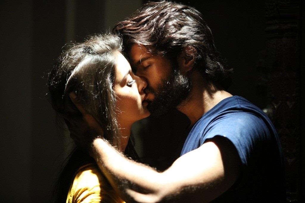 Dwaraka: Vijay Deverakonda & Pooja Jhaveri - Kiss 1