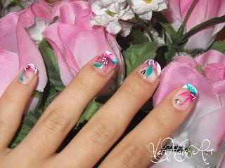 Flores con acualeras en uñas