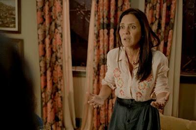 Thelma (Adriana Esteves) fica assustada com reação de Camila (Jéssica Ellen) em 'Amor de Mãe' — Foto: Globo