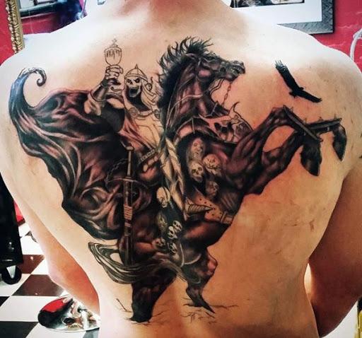 Grim Reaper tatuagem com um único toque. Este é outro criativo versão do reaper onde ele não simplesmente usar um pano, mas um medieval com armadura completa com uma espada e um cavalo de envolta com os crânios dos mortos. Um corvo também é visto voando em uma distância curto.