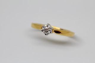 anillo de compromiso de oro con diamante incrustado