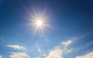 matahari di langit biru