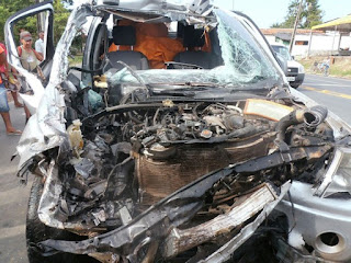 Motorista fica gravemente ferido após bater em caminhão na BR-135