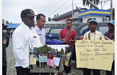 Unjuk rasa warga Kampung Waroki, Distrik Nabire Barat, Rabu (17/1)