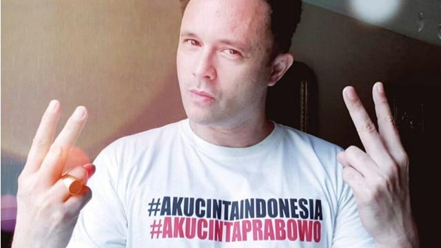 Viral, Pria Bule Nyanyikan Lagu Prabowo-Sandi Adil Makmur