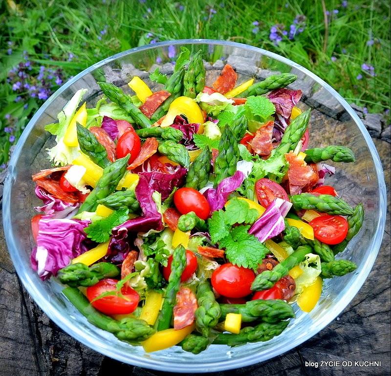 salatka ze szparagami, zielone szparagi, maj, majowka, salata, przepisy na grilla, przyjecie w ogrodzie, pomysly na grilla, zycie od kuchni