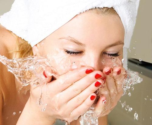 Bước 1: Rửa mặt với nước ấm