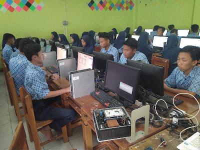 Sebagian Madrasah Tsanawiyah Karawang Ujian dengan Komputer