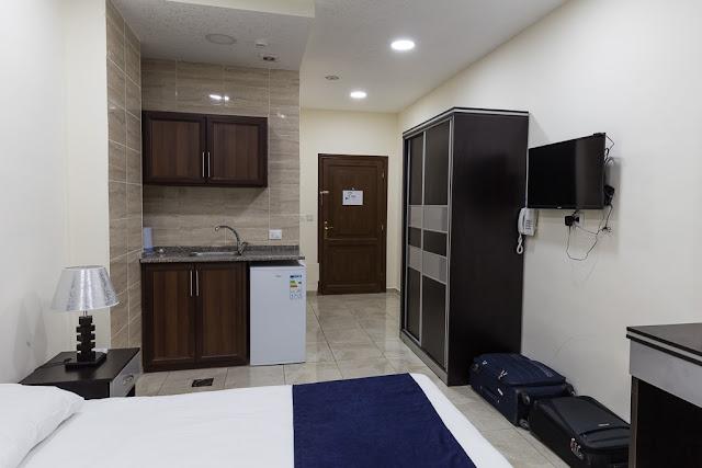 Mini cocina en la habitación del hotel 7boys en Amman, Jordania