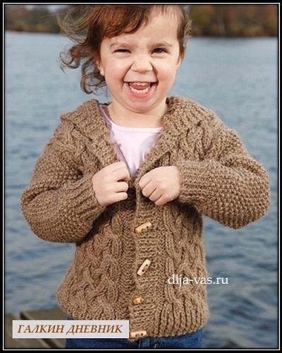 detskoe vyazanie jaket s kapyushonom dlya malchika so shemoi uzora i opisaniem vyazaniya (1)