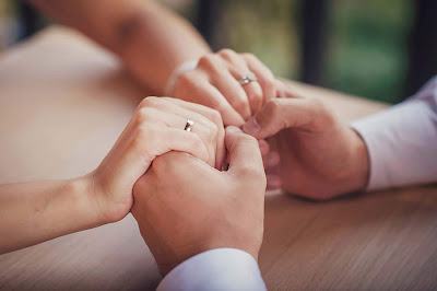 تفسير حلم رؤية الزوجة لزوجها الميت أو رجوع الزوجه لزوجها أو غضب الزوج من زوجته في المنام